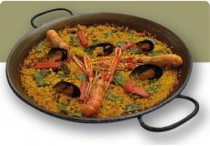 Paella con cigalas, calamares y ajos tiernos